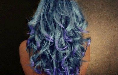 Blått hår.
