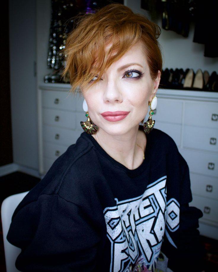Julia Petit mostra look com saia de paetês e moleton, cabelo curto com babyliss e olhos ...