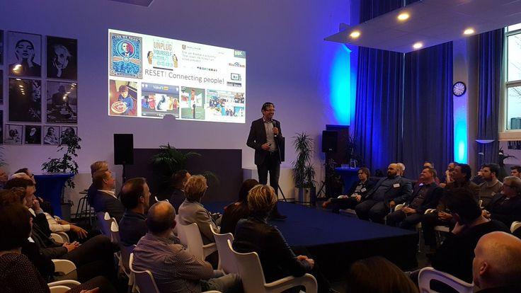 Auteur Erik Jan Koedijk als keynote spreker tijdens de Startup Showcase van DOK41. Startups, bedrijfsleven en partners spraken elkaar over de nieuwe ontwikkelingen die zich steeds sneller opvolgen. 'Alleen' innoveren gaat niet meer, maar doe je samen met andere bedrijven, startups en kennisinstellingen. Oftewel; het ecosysteem.  #reset #erikjankoedijk #dok41 #futurouitgevers