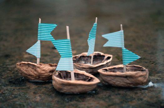 Lekker knutselen met materiaal uit de natuur. Knutsel inspiratie: grappige bootjes van een lege walnoot. Als je klaar zijn laat je ze varen op een vijver of in het bad. Knutsel tip van Speelgoedbank Amsterdam voor kinderen en ouders.
