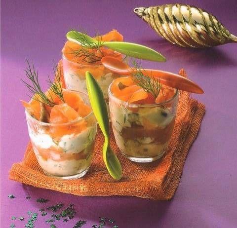Deze eenvoudige en snel te bereiden glaasjes zalm met romige mousse zijn de perfecte start van een bijzonder dinertje.