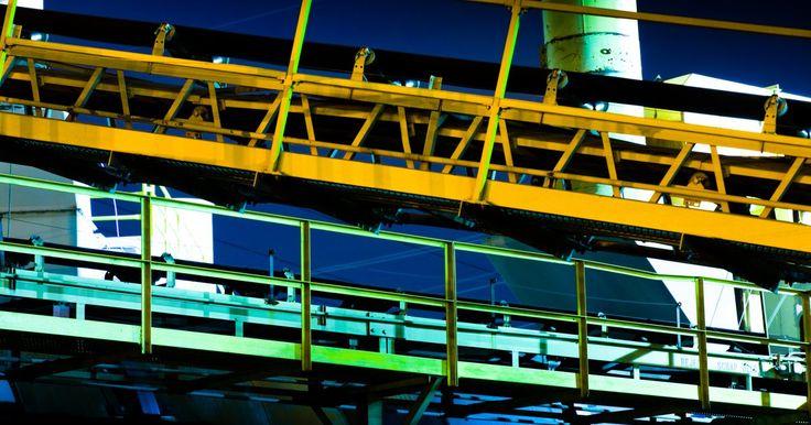 Tipos de cadena industrial. Las cadenas industriales hacen funcionar a tu auto y ayudan a hacer funcionar las máquinas de los productos de producción masiva en las líneas de montaje. Existen varios tipos de cadenas industriales y cada una puede modificarse ligeramente para realizar una tarea específica. Las cadenas de transporte, por ejemplo, se dividen en no menos de seis ...