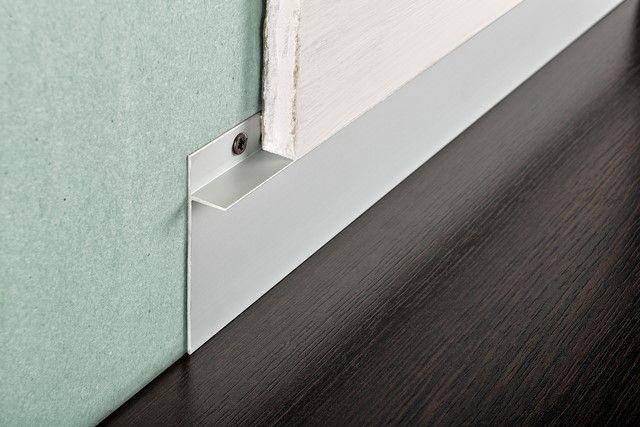 Proskirting INS-plinta din aluminiu care se monteaza odata cu placile din gips carton. Cu ajutorul ei se obtine un canal elegant intre pardoseala si placa.