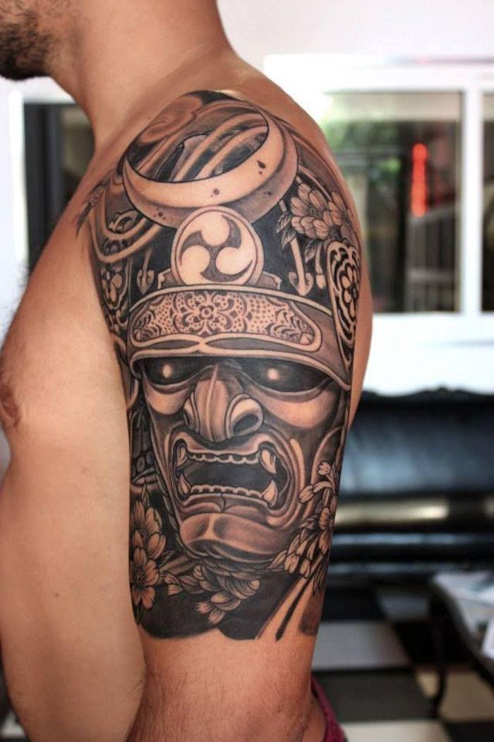 traditional tattoo in schwarz und grau am oberarm, samurai tattoo
