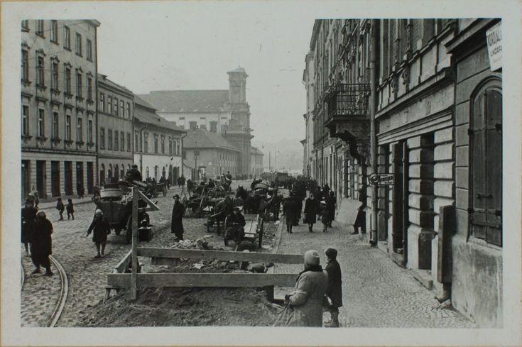 Na ul. Krakowskiej, Kraków - w głębi widoczny kościół Bonifratrów.