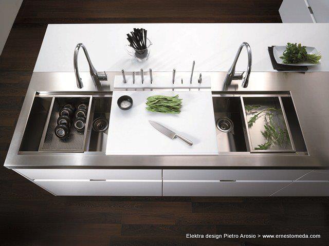 El punto de vista de Elektra Zenith: La zona de lavado comprende dos niveles.Los fregaderos de acero microperforado completan esta zona de lavado por lo que es extremadamente funcional.  Diseño limpio y del que puede sacar el máximo partido a su cocina.