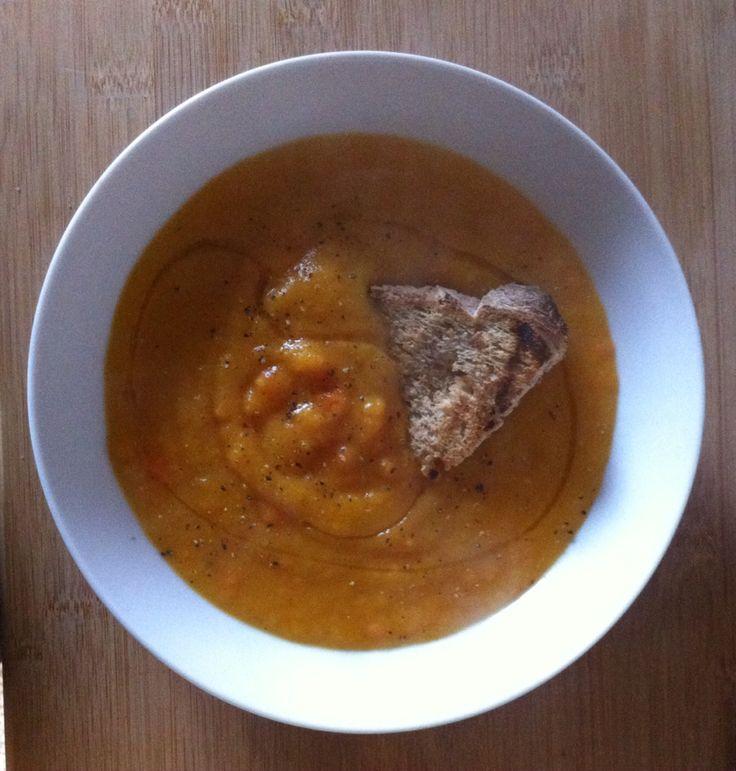 Crema di carote e patate, aromatizzata con pepe nero e curry, accompagnata da olio EVO e crostone di pane integrale fatto in casa!