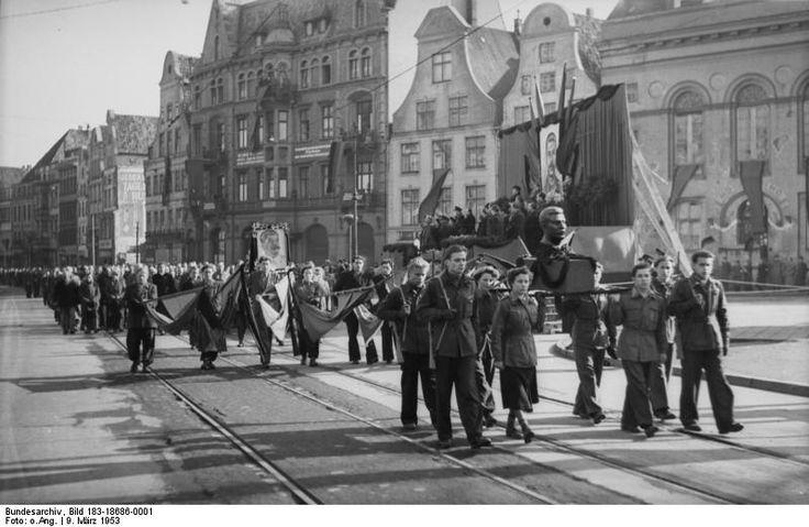 http://www.app-in-die-geschichte.de/document/36109 Zentralbild/Fietsch/10.3.1953/Zum Tode J.W. Stalins: Auf dem Stalin-Platz in Rostock fand am 9.3.1953, dem Tage der Beisetzung J.W. Stalins, ein Trauermarsch der Bevölkerung statt, an dem sich Zehntausende beteiligten.