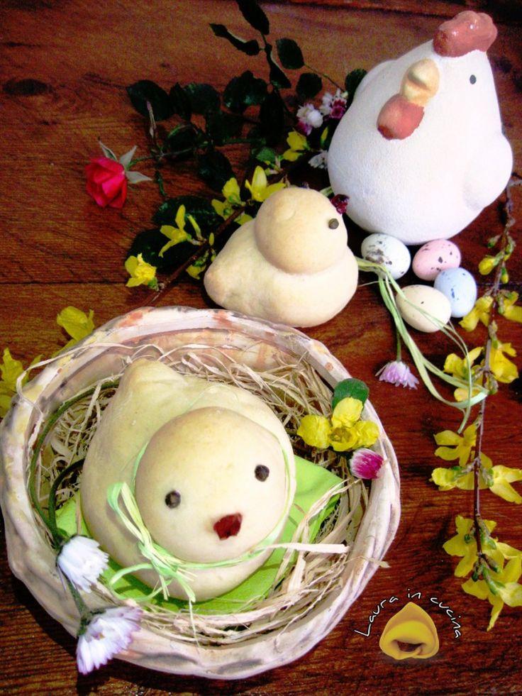 Ricetta per panini pasquali una mia realizzazione di morbidissimi pulcini ,una simpatica idea da presentare in tavola i giorni di Pasqua !...