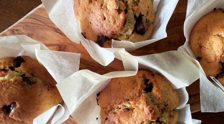 Een recept waar je écht zo mee klaar bent is het basisrecept voor muffins. Ik maakte een lekkere en super makkelijke variant met chocoladestukjes. De voorbereiding duurt hooguit een kwartiertje en na een half uurtje wachten heb je heerlijk verse muffins. Ik ben een echte bakfanaat en ik trakteer dan ook iedereen die langskomt graag ...