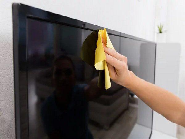 Aprenda Como Limpar Telas de LED, LCD e Plasma e deixe os seus aparelhos eletroeletrônicos limpinhos e brilhantes. Confira as dicas!