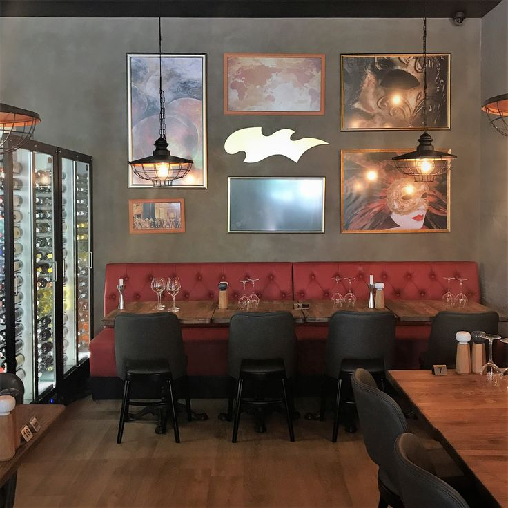 Art and design mix beautifully in this cosy restaurant corner. Our Move sculpture in brushed brass.