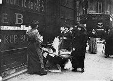World War One. Street pedlar selling toiletries. Paris, on October 3rd, 1914. Photograph by Charles Lansiaux (1855-1939). Bibliothèque historique de la Ville de Paris.