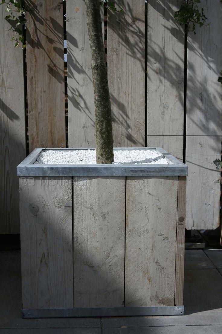 Vierkanten plantenbak van steigerhout met een verzinkt stalen frame. De bodem van deze plantenbakken bestaan uit pvc golfplaten, voorzien van gaatjes voor de afwatering. Aan de binnenkant zijn ze voorzien van waterdichte folie en worteldoek op de bodem.