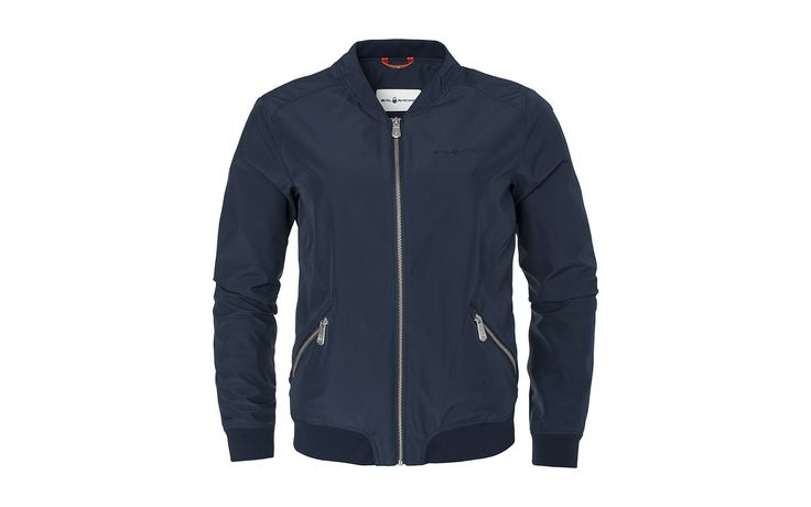 Women's Gale Bomber in 3 layer polyester fabric with 5000/5000 MVP, which makes the jacket highly breathable and water resistant. The inner lining in 4-way stretch fabric for better comfort and flexibility. Ribbed cuffs at bottom and at sleeve ends. A feminine cut waist with hand pockets lined with fleece on both sides with zip. Sail Racing embroidery at chest and at the back of the neck.