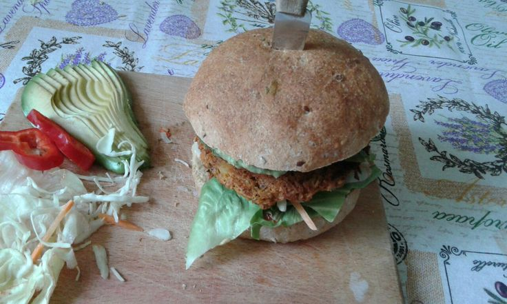 Super easy vegan burger with beans, avocado and salad <3 Hmmmm