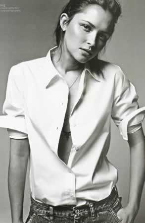 une femme en chemise c'est toujours très jolie