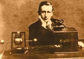El físico alemán Heinrich Rudolf Hertz consigue demostrar la existencia de las ondas electromagnéticas. ... Tesla logró transmitir energía electromagnética sin cables, construyendo el primer radiotransmisor. 1896. El ingeniero ruso Alexander Popov inventa la primera antena radioeléctrica