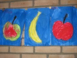 Fruit inkleuren door kinderen uit groep 1 en daarna ecoline eroverheen.