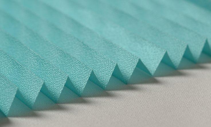 Plicell Markalı Turkuaz Eko Seri Cam Balkon ve PVC Perdesi  Eko seri olan cam balkon perdeleri düz renkleri içerir ve ışığı içeriye soft ve homojen dağıtan yapıdadır. Balkonlar için alternatifi olmayan bir perde türü olan plise perdeler katlanır cam balkonlar için özel üretilmiştir ve katlanmış görüntüsü ile balkon camlarınızda görsel bir şölen sunarken, yanmaz ve kir tutmaz kumaş özelliği ile büyük kolaylıklar sağlar.  #turkuaz #plicell #balkon #modern