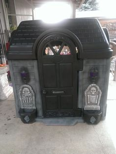 Other little tikes playhouse make over Halloween style by Halloween Forum member Saki, this would be cool to make a mini haunted house in the front yard!