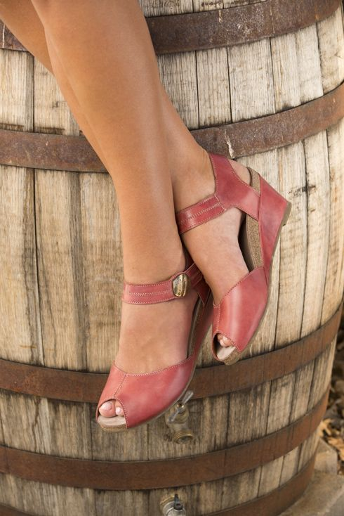 Is there anything cuter than leather peep toe #sandals , especially when they're made in Portugal? Just the right amount of coverage, just the right amount revealed. Taos Penelopeep for #spring