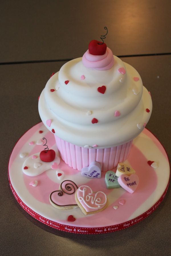 I taught a jumbo cupcake class, this is my finished demo cake.