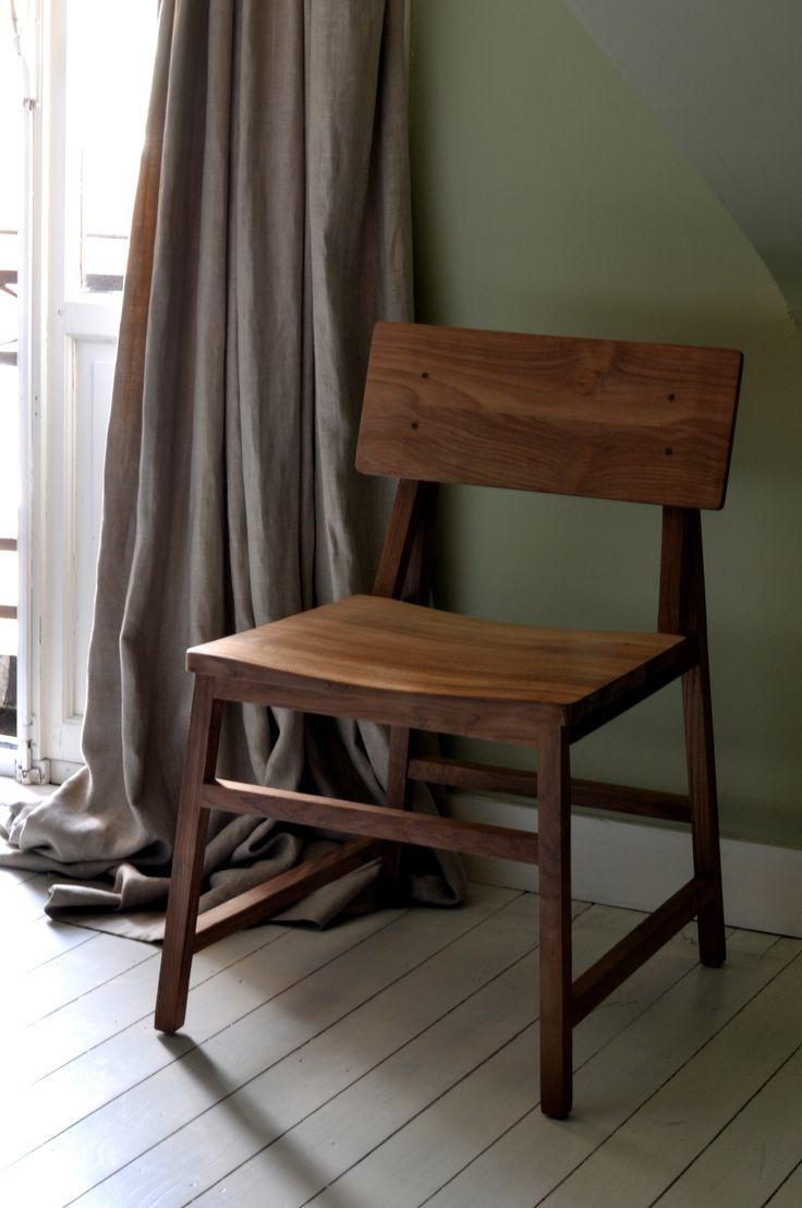 Houten stoel. Strak vormgegeven en tijdloos. http://www.hetkabinet.nl/index.php?id=2&config=artlijst&command=bekijk&rec=40918