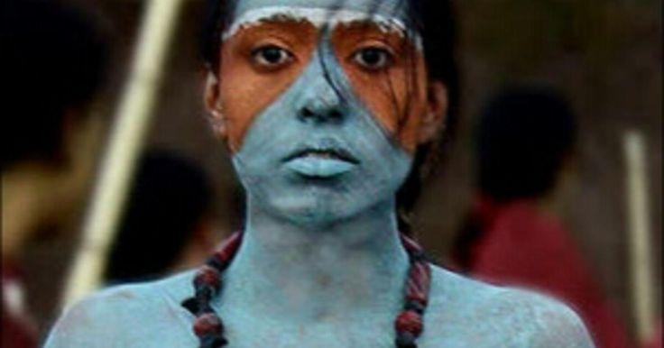 Un día llegaron a Michoacán mensajeros desde Tenochtitlán, portando noticias sobre cómo los hombres llegados de tierras lejanas estaban arrasando con el gran imperio mexica. Los jóvenes michoacanos estaban dispuestos a luchar sin tregua para defender el suelo que les pertenecía y, sin embargo, el monarca Tzimtzicha era considerado débil y cobarde. Por ellos, la confusión reinaba en su pueblo. ¿Repetiría Tzimtzicha el error del débil Moctezuma y se rendiría frente a los invasores? ¿O seguiría…