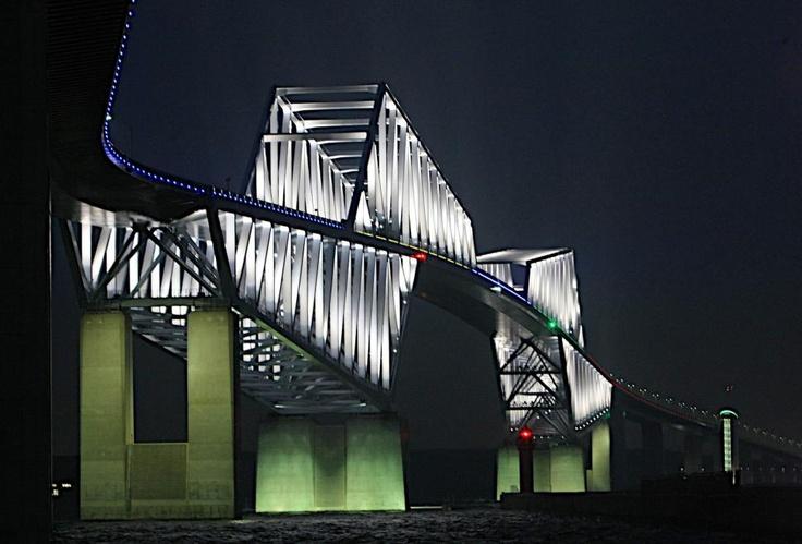 「東京ゲートブリッジ」が五輪カラーにライトアップされた。東京が2020年夏季五輪の正式立候補都市に選ばれたことを記念した企画で、全長約2.6キロの海上橋の側面を五輪をイメージした5色で結んだ=24日【時事通信社】