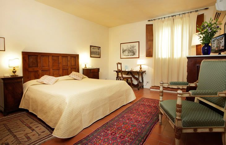 @Relais Vignale Classic Room. Elegantly furnished in rustic Tuscan style, located in the main building, equipped with all the modern conveniences, commanding pleasant views over the garden, the charming courtyard or on the town. #hotel #interiordesign #tuscany #chianti