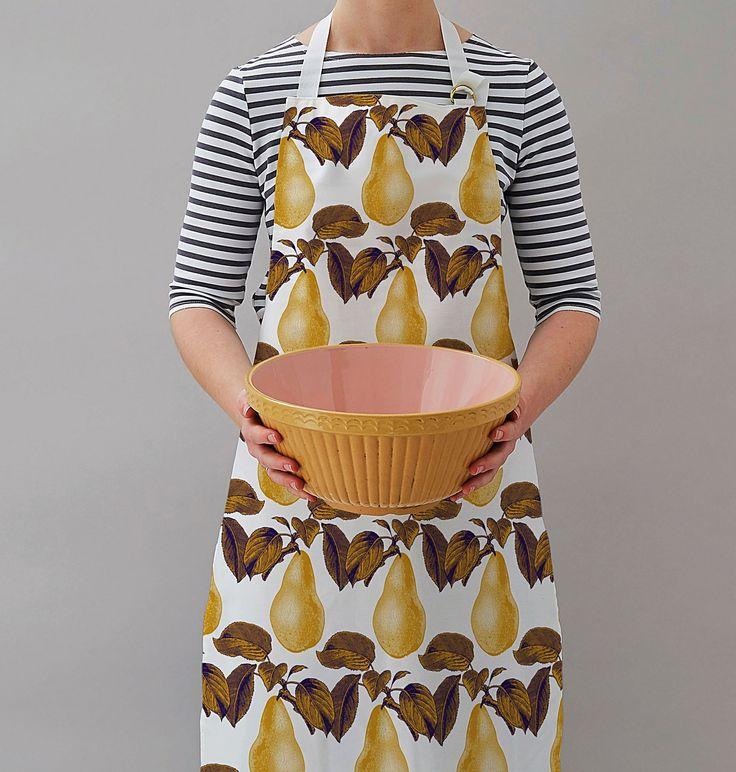 Küchenschürze im poppigen britischen Design von Thornback and Peel mit opulenten goldene Birnen Druck. Jetzt online entdecken bei Selection Gustavia.
