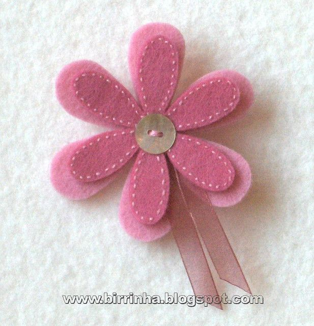 cute felt flower! (website is in Spanish i think)