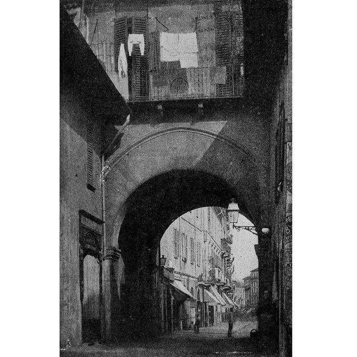 La Pusterla dei Fabbri in una rara immagine di fine 800. Era una delle porte minori (o pusterle) poste sul tracciato medievale delle Mura di Milano. Situata lungo la strada di San Simone (dal nome dell'omonimo oratorio ora Teatro dell'Arsena  La Pusterla dei Fabbri venne eretta nel corso del Trecento in concomitanza con la realizzazione delle mura medievali da parte di Azzone Visconti. L'edificio si sviluppava su una sola arcata sovrastata da una torre quadrangolare. L'arcata di ingresso…