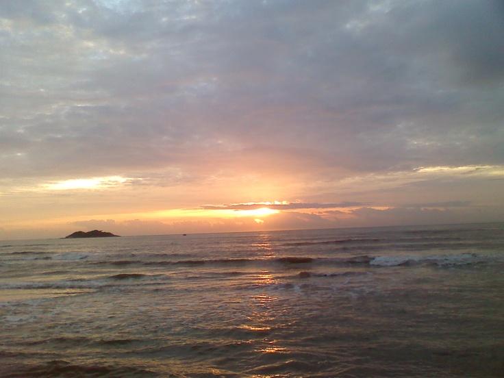 Nascer do sol com vista da Ilha dos Cabritos