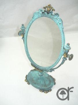 Splendido specchio da appoggio in stile Impero. Realizzato in ottone verde anticato. Assolutamente meravigliose le decorazioni in rilievo. Dimensioni: 16,9 x altezza.26,5 cm interno 10,7X13,2 cm