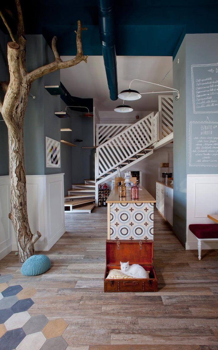 Jako pelíšek slouží například starý kufr. Po dřevěném schodišti se vystoupá na loft, kde je útulné posezení.