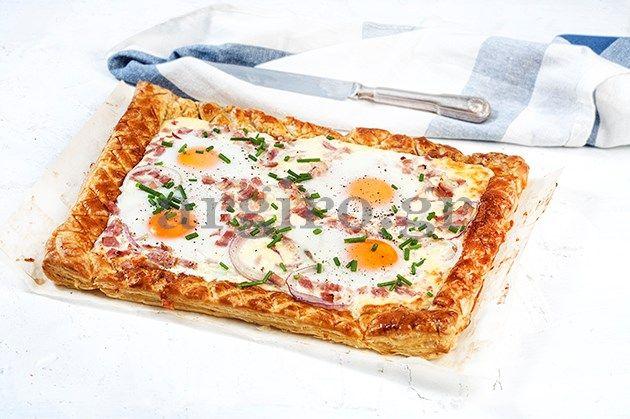 Αβγά με μπέικον και κασέρι σε τραγανή σφολιάτα
