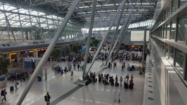 Sieben Wege Deine Zeit am Flughafen sinnvoll zu verbringen  Zwischenstopp, Flugverspätung oder der Check-In ging doch schneller als erwartet und Du hast jetzt ungewollt viel Zeit? Gar kein Problem! In diesem Artikel erfährst Du, wie Du Deine Zeit am Flughafen sinnvoll nutzen kannst. Der Changi Airport in Singapur zum Beispiel bietet ein 4D-Kino, Spa, Swimmingpool…