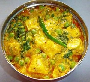 I haven't tried this Bengali version of paneer dish but in North India we also have something exactly similar and we call it Matar-Paneer.