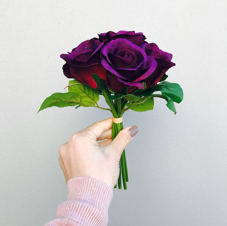 This deep coloured purple is opulent! The premium artificial grape coloured rose bouquet has 7 stems with foliage and a diameter of approximately 19cm and 23cm in height.