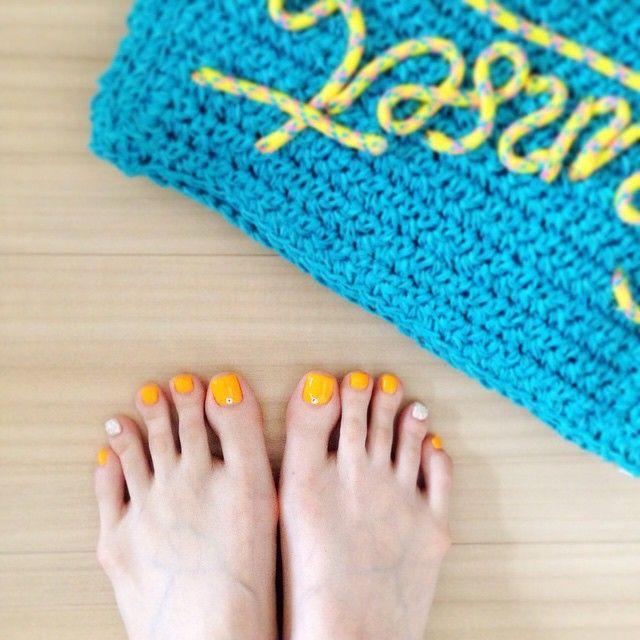 「☺︎ 初めてのフットジェルネイル(^ ^) ネイルだけでも夏を先取り! カラーは蛍光オレンジ♫  #ジェルネイル #gelnail #フット #フットジェルネイル #オレンジ #orange #蛍光オレンジ #夏を先取り #手も一緒に変えたよ♫」