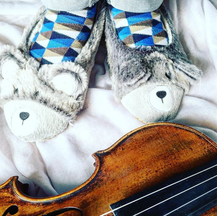 "Typowy jesienny temat: ""zimno w stópki""   _________________________ #violin | #violino | #violinist | #violinlife | #violingirl | #skrzypaczka | #skrzypce | #muzyka | #geige | #fiddle | #musicaclassica | #instrument | #instaclassical | #bestmusicshots |  #soloist | #virtuoso | #stringmusician | #violinsolo | #jj_musicmember | #classicfm | #talentedmusicians | #instamusiciansdaily | #skrzypczyni | #cieplekapcie | #kapitanskarpeta"
