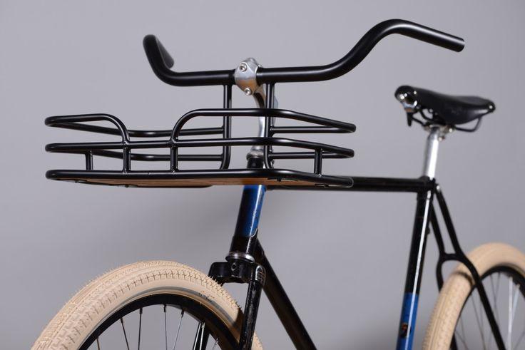 Wir bieten einen Korb-Lenker Korb d.h. und Lenker in einem. Dieses Element kann mit klassischen und urban Bike. Die gesamte Struktur ist aus Stahl und Sperrholz gefertigt. Hier haben wir 4 verschiedene Arten: Silber, schwarz matt, schwarz glänzend und mit geraden Lenker Silber. Technische Daten: Material: Stahl und Sperrholz Schwarz Matt (erstes Foto mit Fahrrad und zweite Foto) Gewicht: 1750 g (3,8 lb) Lenker: 25,4 mm (1 Zoll); Länge: 52cm (20,47 In) Größe des Korbes: 38 cm x 26 cm (14,96…