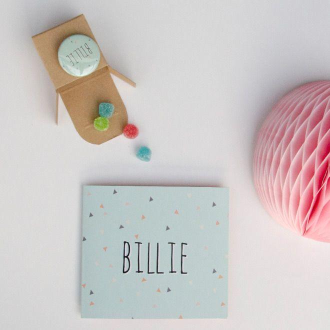 Geboortekaartje met geometrische vormen. Hier heb je 'confetti van driehoeken' in de kleuren munt en koraal.