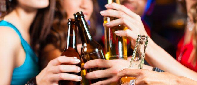 """Le """"binge drinking"""", une mode catastrophique de consommation excessive d'alcool en un minimum de temps, provoque, chez les jeunes, un désastre cognitif."""