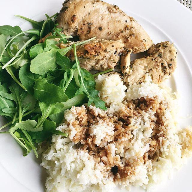 kyckling med blomkålsris och ruccola. Älskar detta ris! Blomkål kan man göra pizzabotten på, god puré och massa annat kul. En portion(100g) = 20 kcal, 1,9 g protein, 2,7 g kolhydrater. För 8 portioner: 2 blomkålshuvuden & flingsalt. Riv blomkålen grovt eller kör i en mixer (men mixa inte för mycket så det bara blir smulor). Koka upp v... lågkalori soja sojasås
