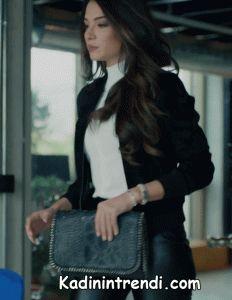 Kara-sevda-47-bölüm-Melisa-Aslı-Pamuk-(Asu)-Siyah-deri-pantolon-üzerine boğazlı beyaz triko kazak ve mini siyah belden lastikli ceket kombini Suni deri pantolon markası H&M fiyatı 89,99 tl