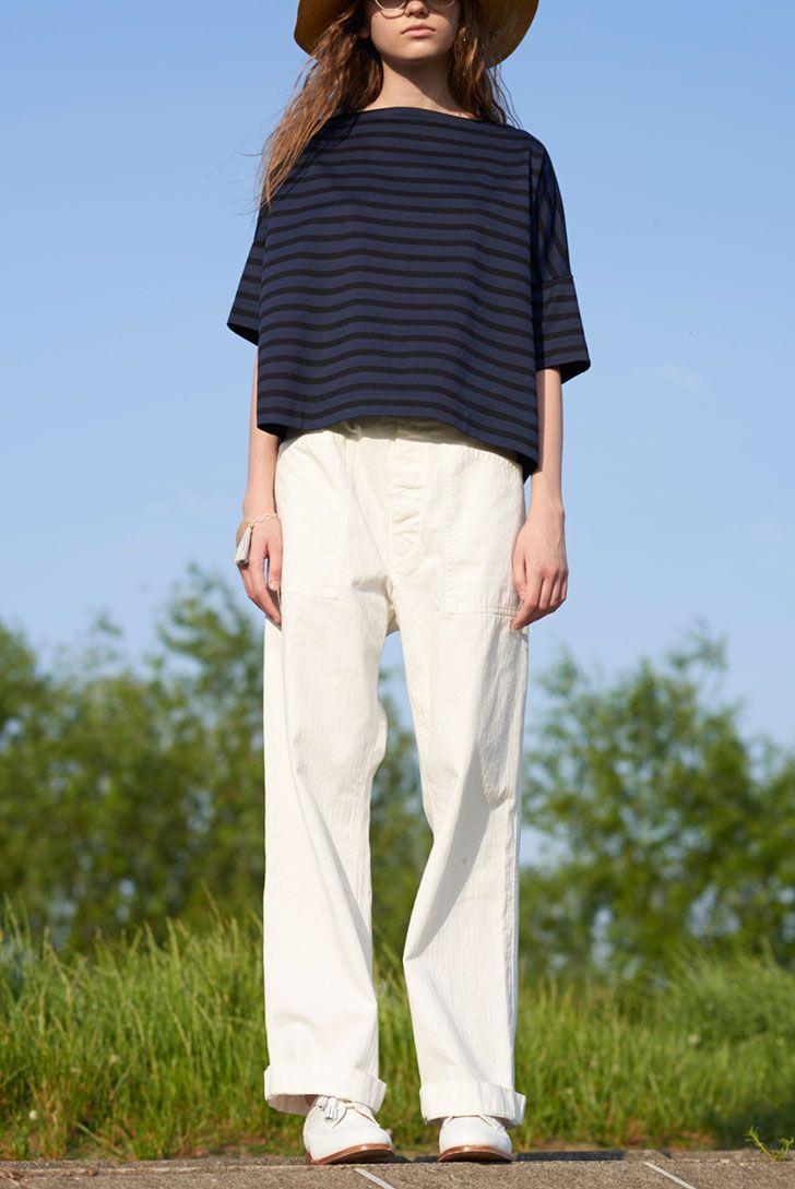 落ち感が可愛いドロップショルダーTシャツは、使い回しがしやすい《トラディショナル ウェザーウェア》のボーダーがオススメ。パンツやレザーシューズを白で統一すれば、爽やかでクリーンな初夏のルーズスタイルが完成!  Tシャツ¥18500/Traditional Weatherwear(トラディショナル ウェザーウェア ルクア大阪店)、ハット¥18200/COMESANDGOES (アルファ PR)、メガネ¥45000/ EYEVAN(コンティニュエ)、ブレスレット¥24000/SIRI SIRI(シリシリ)、フィッシャーマンズパンツ¥29000/Yarmo、ウィングチップシューズ¥58000/SANDERS(ともにグラストンベリーショールーム)