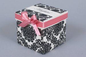 Gyöngy kartonra nyomott fekete barokk mintával ellátott dobozos esküvői meghívó lazac színű 7mm szatén szalaggal.